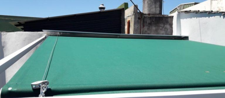 toldo deslizante para patio con lona color verde