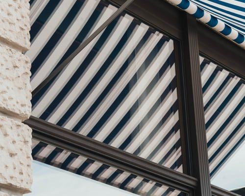 Toldo con tela acrilica rayada blanca y azul