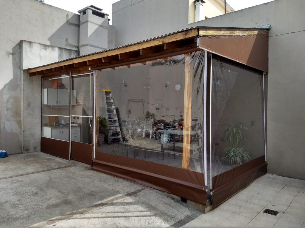 toldos verticales transparentes con lona marron