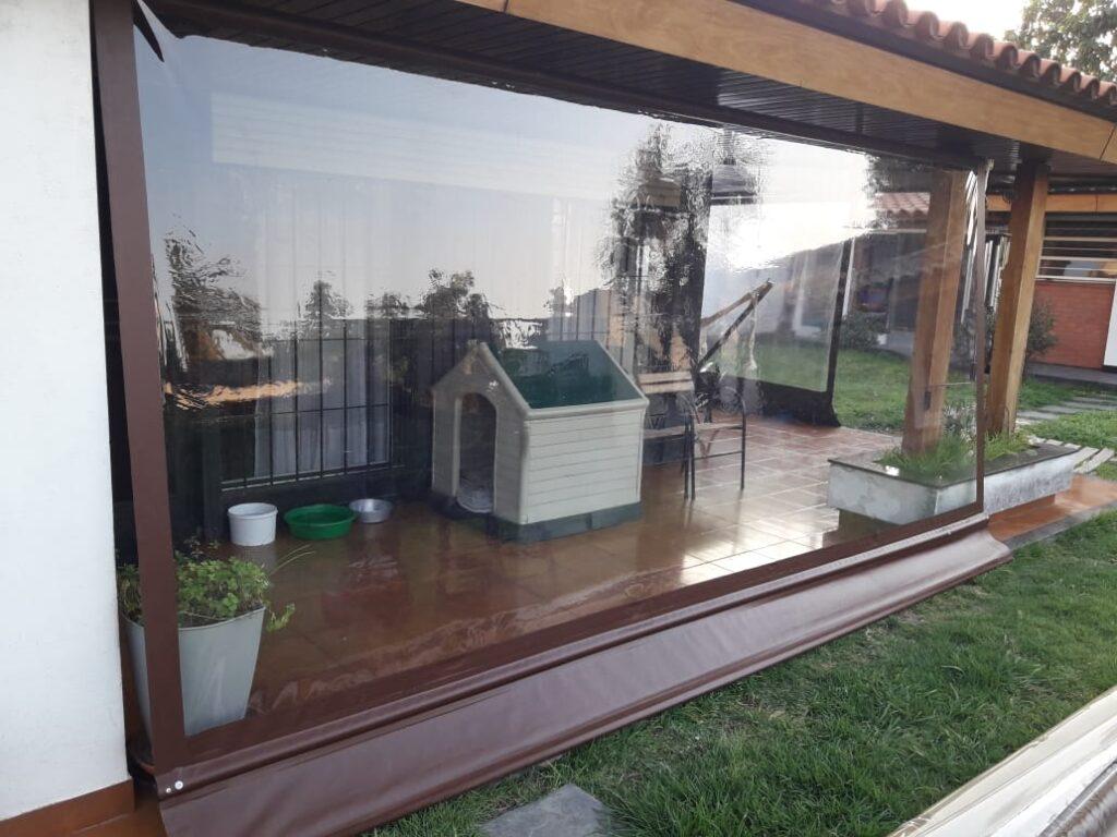 Toldo vertical transparente con lona vinilica color marrón